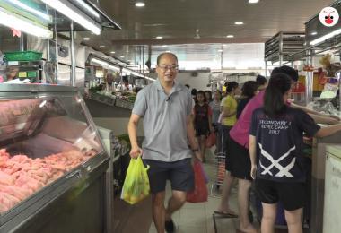 蔡厝港集选区议员余家兴每周都会去东陵福巴刹(Tanglin Halt Market)买菜。