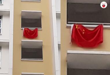 组屋区挂中国国旗庆祝新加坡国庆? 本地网民:这里是新加坡!