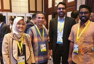 工人党秘书长、阿裕尼集选区国会议员毕丹星(左三)和人民行动党国会议员拉哈尤(左一)连同其他十位新加坡国会议员一起到泰国曼谷参加第40届亚细安议会大会。这个代表团由新加坡国会议长陈川仁率领。