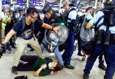 香港示威者暴力升级 警方的不专业难辞其咎