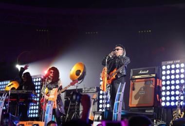 马云在阿里巴巴20年年会上演出。