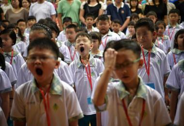 小学生们起得太早频频打哈欠