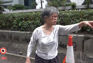 """香港七旬婆婆清路障 霸气教训示威者""""不做好事"""""""