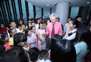 李显龙总理与学生们