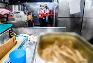 香港理工大学饭堂的厨房发出阵阵腐臭味,画面惊悚。