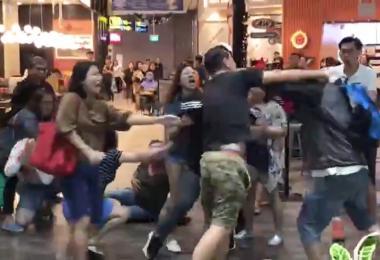 昨日(8日),一群安哥安娣疑似为了争位而在星耀樟宜A&W快餐店外大打出手。(Lekha.C.Siva 推特视频截图)