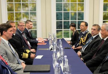 出访美国的新加坡国防部长与美国防长埃斯珀进行双边会晤