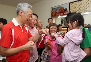 李显龙总理与小朋友碰碰手