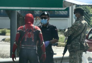 """马国""""蜘蛛侠""""趴趴走 警方:超级英雄也请乖乖待在家"""
