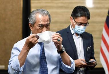 马国首相慕尤丁戴口罩
