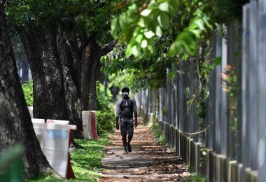 一名男子走在大士南宿舍外