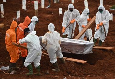 印尼冠病实际死亡数比官方公布的多? 雅加达掘墓人:没时间喘气!