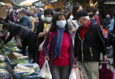 台北民众上菜市场都自觉戴口罩