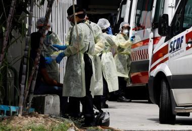 医护人员在为客工们进行鼻咽拭子检测