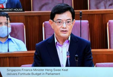 """王瑞杰副总理在国会宣布""""坚毅向前""""预算案"""