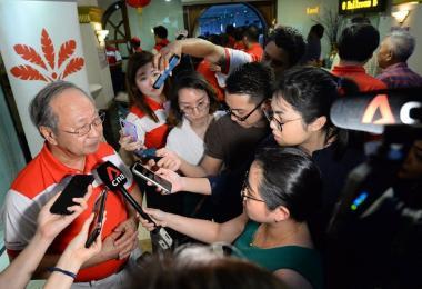 领导前进党的陈清木医生接受媒体访问