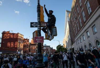 """美国百人警察""""跪压""""黑人佛洛伊德致死,引发众怒,数以万计民众走上街头示威"""