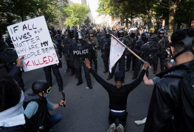 除了幸灾乐祸嘲讽美国,还可以这么看美国黑人遭警暴致死事件