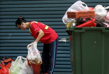 住在组屋的你,可曾主动认识Susan阿姨这样的清洁工人?