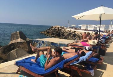 在贝鲁特海边日光浴的人们
