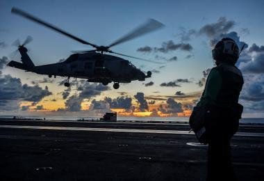 直升机在美国航母上起飞