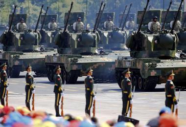 国70周年国庆阅兵仪式上,驶过天安门广场的解放军新型防空火炮装甲车