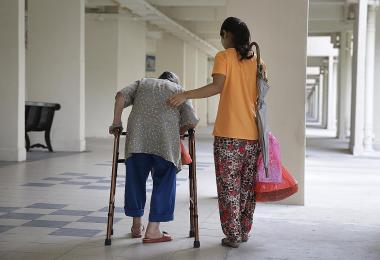 照顾长者的外籍女佣过劳,没规范工时使她们可能被剥削?