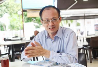 工人党前非选区议员余振忠与新书《蓝色旅途:透视新加坡工人党》(Journey in Blue - a peek into the Worker's Party of Singapore)