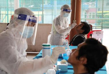 身穿防护服的医护人员在检测病毒