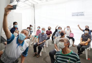 李显龙总理今早走访宏茂桥综合诊疗所,了解首批前去接种疫苗的宏茂桥和丹戎巴葛区年逾七旬的居民的情况