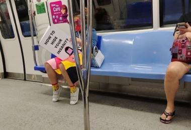 """新加坡地铁""""书女"""""""