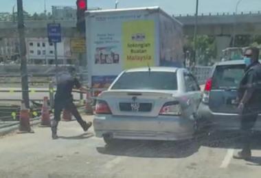 马来西亚日前在网路疯传一个视频,2名吸毒者因行迹可疑在交通灯处遭巡警拦截。警方为截停他们,朝车轮连开7枪,但嫌犯仍在交通灯前逃脱。(视频截图)