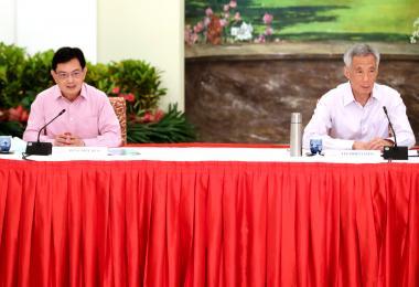 李显龙总理与副总理兼经济政策统筹部长及财政部长王瑞杰在总统府召开记者会