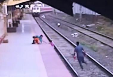 男子狂奔30多米成功救下男童。