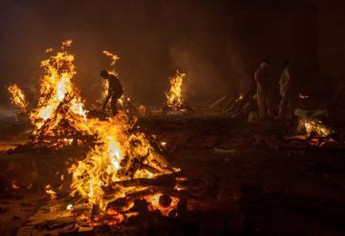 死于冠病的人数太多,印度火化场从未间断过