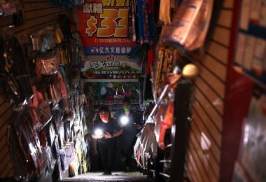 台湾民众逛街时突然遇到大停电