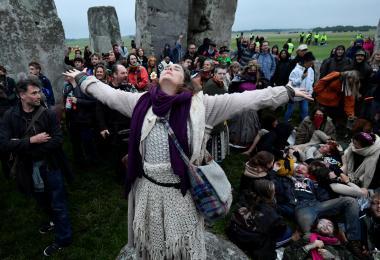 英国民众硬闯巨石阵欢庆夏至日 欧洲急欲恢复生活自由