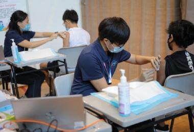 本地五名医生发表公开信吁请卫生部暂缓(short delay)为本地男学生(至少20万人)接种冠病疫苗