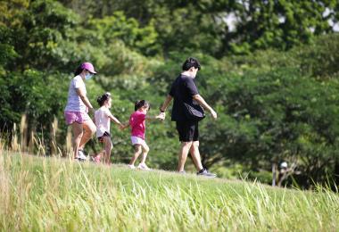 研究称有两小孩的双亲家庭每月基本开销6426元 引发两极反应