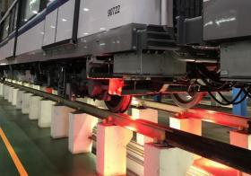 安装在市区线列车底下的自动轨道检测系统,可在列车穿行载客时也同时检测轨道。(陆交局提供)