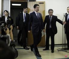 日本首相安倍(中)在选前的支持率跌入低谷,此次选战大胜让他信心大增。(彭博社)