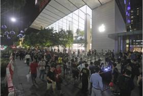 """昨晚在新加坡乌节路苹果店外熬夜排队的""""果粉""""们。(联合晚报)"""