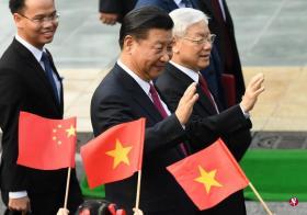 习近平(中)与阮富仲(右一)据称已就南中国海问题达成共识。(路透社)