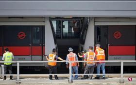 两列地铁列车昨早在裕群站发生碰撞,工程人员到了下午接近4时,现场初步调查告一段落后才把列车移走。(联合早报)