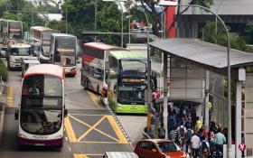 裕群站和大士连路站之间的列车服务昨天暂停运作,当局在受影响路段提供免费接驳巴士,由于服务趟次相当频繁,排队搭车人龙井然有序。(联合早报)