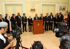 马哈迪带领内阁在布城开记者会