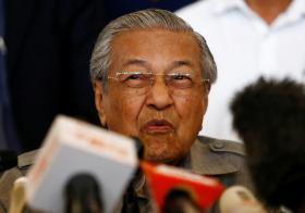 马哈迪在选后记者会上的表情