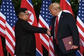 特朗普与金正恩握手。