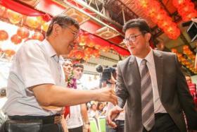 现任台北市长柯文哲(左)与民进党籍台北市长参选人姚文智。