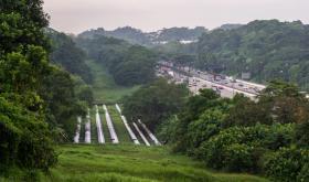 在武吉知马高速公路旁可见到衔接柔佛和新加坡的输水管
